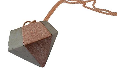 halskette-in-rose-gold-mit-anhanger-aus-schmuck-beton-in-diamant-form