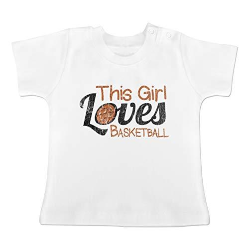 Basketball - This Girl Loves Basketball - Vintage Look - 3-6 Monate - Weiß - BZ02 - Baby Baumwoll T-Shirt