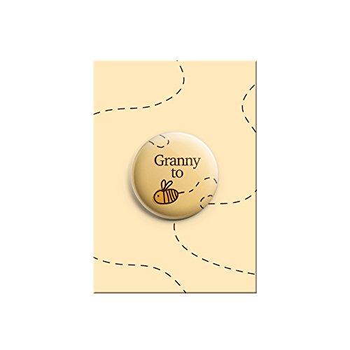 """Anstecknadel zur Ankündigung eines Babys mit englischer Aufschrift """"Granny to"""" und Hummel (Bee), niedliches Motiv, für Babyparty, 38mm (Oma-baby-dusche)"""