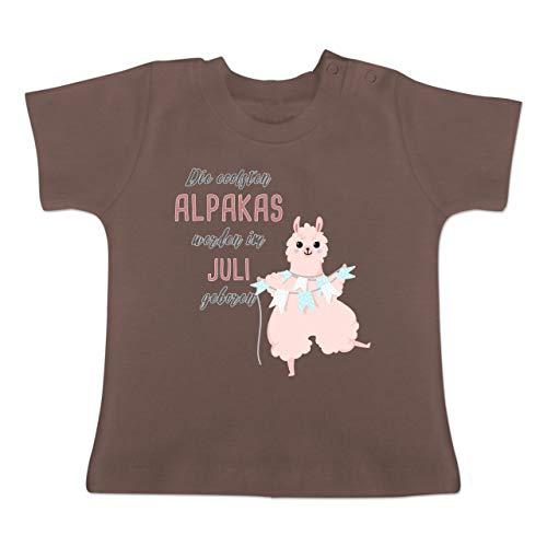 Geburtstag Baby - Die coolsten Alpakas Werden im Juli geboren - 1-3 Monate - Braun - BZ02 - Baby T-Shirt Kurzarm (Baby 1. Geburtstag-thema-ideen Girl)