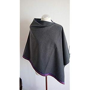 Asymmetrischer Poncho aus grauen Wollstoff mit eleganter Bordüre in pink-lila-silber