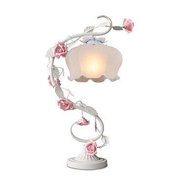 rurali-europei-fiori-ornamentali-e-piante-della-lampada-del-comodino-di-camera-da-letto-nella-parte-