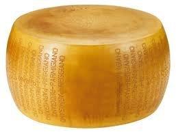 Parmigiano Reggiano DOP Edad de 24 meses es una obra maestra de leche. ¿Saben que para hacer un kilogramo de parmigiano se necesitan 16 litros de leche? Para hacer nuestros propios productos utilizamos solo leche de alta calidad, que se alimenta de v...