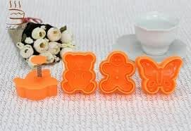 Lot de 4emporte-pièces à biscuits Piston–Ours, papillon, oiseaux et motif bonhomme en pain d'épices