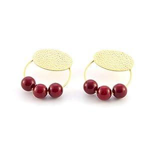 Damen ohrringe creolen.Ohrringe für Frauen mit Ring- und Harzbällen. Oval in gehämmertem Finish und mattem Gold.Farbe Rot
