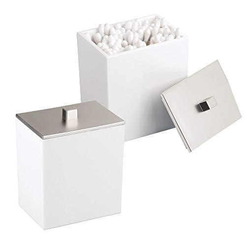 mDesign 2er-Set Wattepad-Spender und Wattestäbchen-Behälter - modernes Aufbewahrungsglas mit praktischem Deckel - Bad-Accessoire aus Kunststoff für Kosmetik- und Pflegeprodukte - weiß/silber