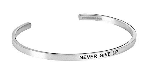 """URBANHELDEN - Armreif mit Gravur - Damen Schmuck Inspiration Motivation - Verstellbar, Edelstahl - Armband mit Spruch\""""Never give up\"""" - Silber"""