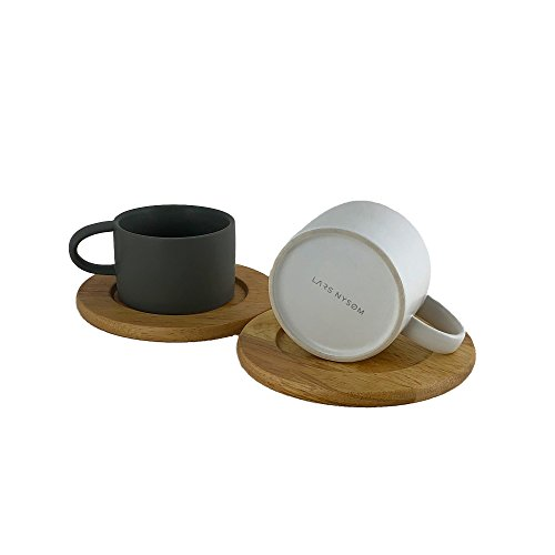 Lars NYSØM Design Kaffeetassen Set Roast I 2 Stück Porzellan Kaffeebecher mit Echtholzuntersetzer I Premium Geschenkbox