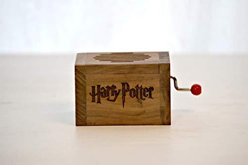 Pequeña caja de música grabada en madera de calidad con la melodía * Hedwig´s Theme * de Harry Potter. El regalo perfecto para los fans. Manivela de música manual.