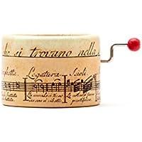 Petite boîte à musique à manivelle avec décors d'une portée antique et la mélodie de « La Vie en Rose ». Un parfait petit détail à offrir à ceux que vous aimez plus.