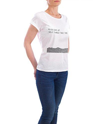 """Design T-Shirt Frauen Earth Positive """"Never Give Up"""" - stylisches Shirt Typografie Abstrakt Geometrie von SMUCK Weiß"""