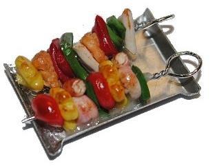 alles-meine.de GmbH Miniatur - Schaschlik auf Platte Fleischspieß / Schaschlikspieß - Puppenstuben Küche - Maßstab 1:12 - Gemüse - Diorama / Spieß - Fleisch Braten - Grill / Mini..