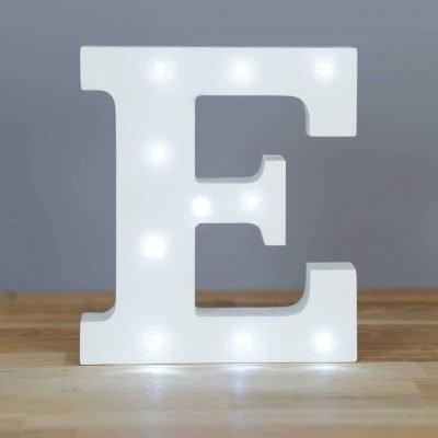 in dekorativer LED Lichterkette weiß Buchstaben Holzbuchstaben Alphabet Buchstabe E