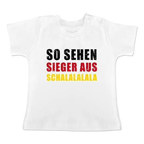 Fußball-Weltmeisterschaft 2018 - Baby - So sehen Sieger aus! Schalalalala Deutschland - 12-18 Monate - Weiß - BZ02 - Baby T-Shirt Kurzarm
