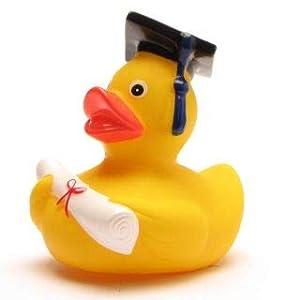 lustige Akademiker Badeente mit Diplom – Quietscheentchen mit Doktorhut – Geschenk bei Prüfungen Abschlussfeier Uni Universität Hochschule