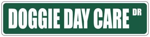 BridgetWhy50 Doggie Day Care Green Street Schilder, Metall, Aluminium, Straßenschild, Wanddekoration, Metallschild, Vintage-Mann, Höhle Garage,10 x 45 cm -