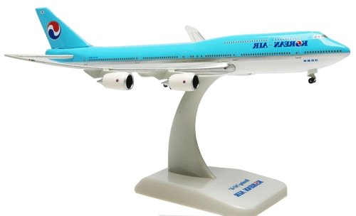 boeing-747-8-korean-air-inflight-with-gear-with-stand-massstab-1500