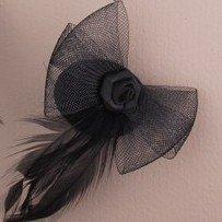 Mini chapeau–Plumes et filet noir fascinators Fabric Rose stud, feather and bow
