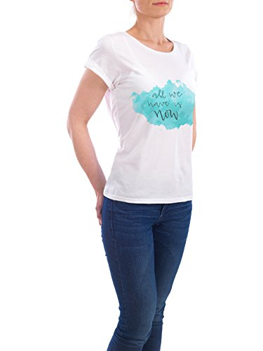 """Design T-Shirt Frauen Earth Positive """"all we have is now"""" - stylisches Shirt Typografie von Charmingletters Weiß"""