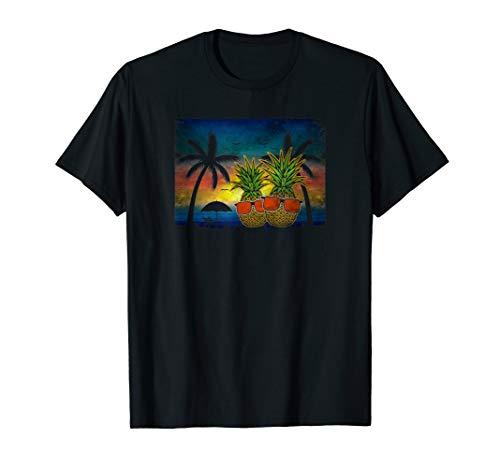Ananas mit Sonnenbrillen am Strand mit Palmen Urlaubsfeeling