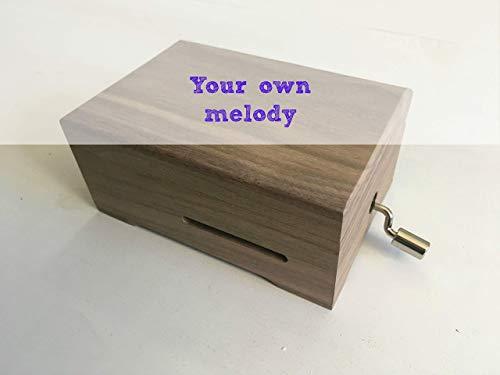 Pack DIY para hacer tu propia caja de música. Contiene manivela musical personalizable y caja de madera oscura adaptada. 13x9 cms