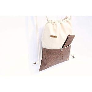 Turnbeutel aus Baumwolle in SAND mit einer Reißverschluss-Aussen-Tasche aus Kork-Leder in BRAUN.