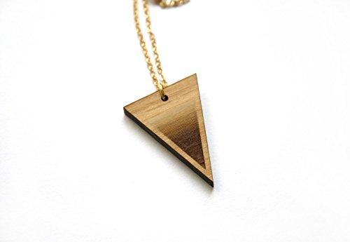 collier-triangle-sautoir-long-en-bois-bijou-geometrique-fabrication-artisanale-chaine-en-laiton-dore