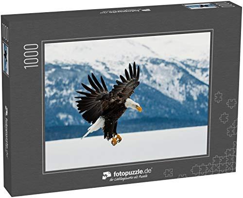 fotopuzzle.de Puzzle 1000 Teile Fliegender Weißkopfseeadler ( Haliaeetus leucocephalus washingtoniensis) über schneebedeckte Berge Winter Alaska -