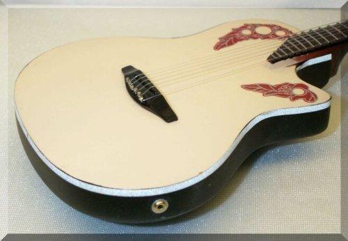 Melissa Etheridge guitarra en miniatura Mini Ovation Adamas