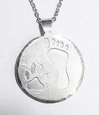 Médaille pendentif en aluminium avec une empreinte de patte de chien rt d'un pied humain, avec un texte personnalisé sur le dos.