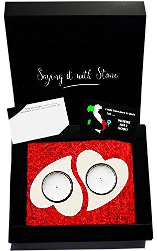 Zwei Herzen werden Ein - Teelicht Kerzenhalter aus Stein - Geschenkbox, leere Nachrichtenkarte und Kerzen alle enthalten - Handgemacht in Italien - Italienische Stein enthält Fossilfragmente - Weihnachtsgeschenke Liebe Amore Verlobung Hochzeitstag Geburtstag Brautpaar