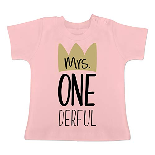 Geburtstag Baby - Mrs One Derful - 12/18 Monate - Babyrosa - BZ02 - Baby T-Shirt Kurzarm