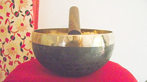 von-hand-gehammert-tibetanisch-buddhistische-klangschale-mit-attraktivem-schwarzem-wasche-auf-aussen