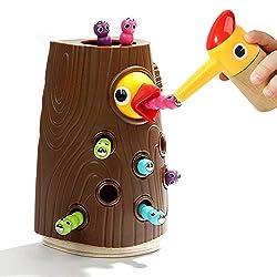 Kinderspiel: Specht pickt Raupen aus dem Baumstamm