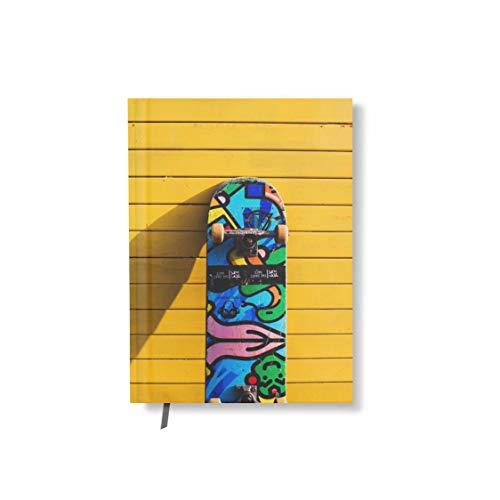 Notizbuch Mit Designcover Skateboard Vor Gelber Wand 128 Seiten Lesezeichen DIN A5 kariert