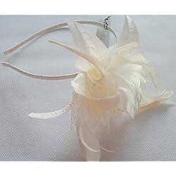 Tocado grande atractivo con flor con lunares, pluma de tul y abalorios, diadema en crema marfil. Ref: 4323