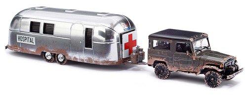 Busch Voitures - BUV43011 - Modélisme Ferroviaire - Toyota Land Cruiser J4 avec Caravane - Hôpital