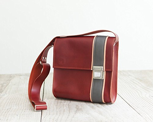 roter-messengerbag-coole-ledertasche-crossbodybag-in-tiefrot-handmade-in-bavaria