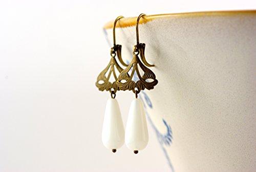 feine Ohrringe mit Ornament und weißem Tropfen