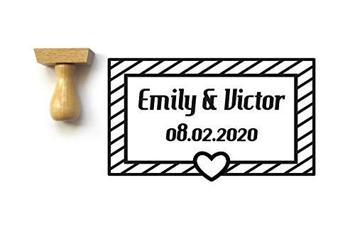 Timbro matrimonio personalizzato con nomi e data, cuore e strisce, stile moderno e grafic, rettangolo 5 x 3 cm
