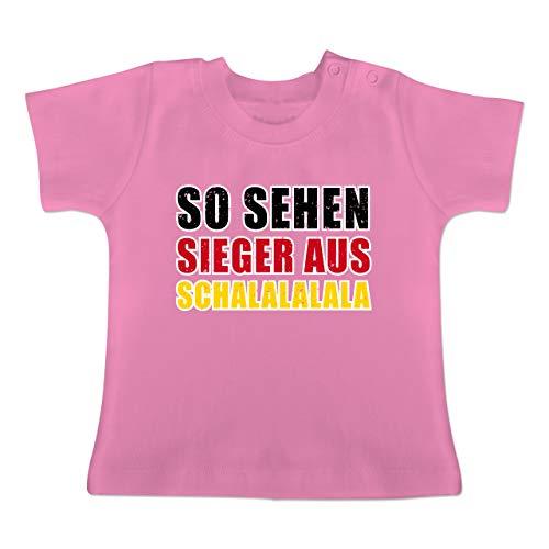 Fußball-Europameisterschaft 2020 - Baby - So sehen Sieger aus! Schalalalala Deutschland - 1-3 Monate - Pink - BZ02 - Baby T-Shirt Kurzarm