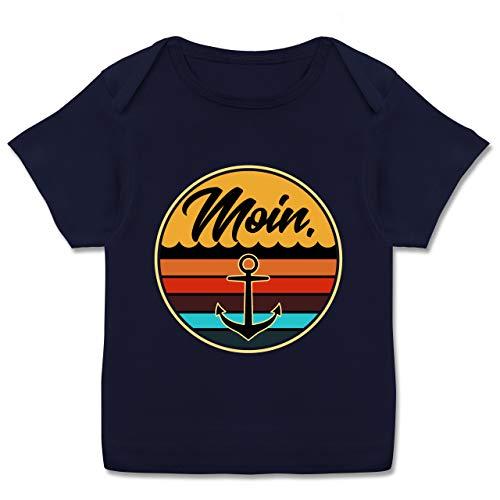 Fett Streifen-baumwoll-shirt (Up to Date Baby - Moin Retro Badge - 80-86 (18 Monate) - Navy Blau - E110B - Kurzarm Baby-Shirt für Jungen und Mädchen)