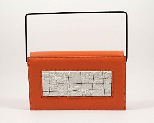 illa, clutch Canvas Metamosaic, clutch di design fatta a mano, pochette in pelle arancio di prima scelta con inserto in porcellana, interni in pelle tinta ghiaccio, manico in ottone verniciato nero, borsa artigianale made in Italy