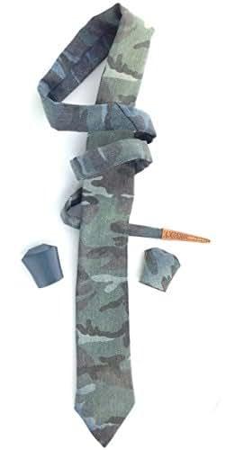 Cravatta Uomo alternativa, 7 cm di larghezza, 140 cm di lunghezza, adatta apersone alte PIU' di unmetroeottanta, realizzata a mano, tessuto jeans camouflage abbinata a Leonodo in coordinato stessa stoffa e Leonodo pelle avio_