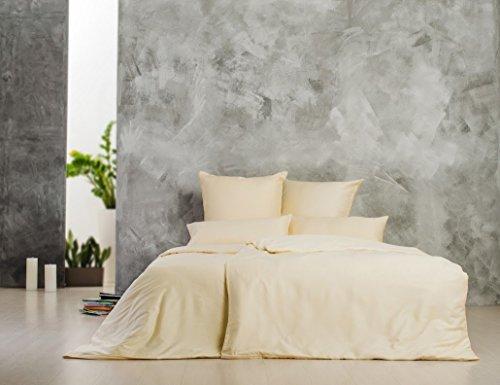 Sei Design® Luxus Bettwäsche aus glattem, seidigem Mako-Satin 100{080c0ae939471a218f055beaedc980faead6bc86f80a9cef8483f8ad0217e1c8} Baumwolle. Elegante Unifarben zum Kombinieren, mit einem edlen Touch und leichtem Glanz. Kopfkissenbezüge sind mit hochwertigem aufgesticktem Logo veredelt