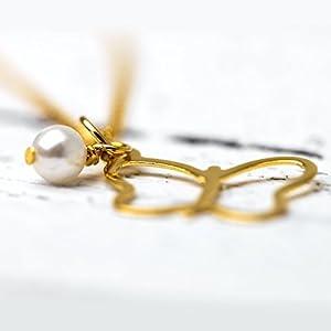 Zierlicher romantischer Perlen-Schmuck / zarte Kette mit Perlen-Anhänger: Vergoldete 925er Sterling-Silber Kette mit einem filigranen Schmetterling und kleiner Perle