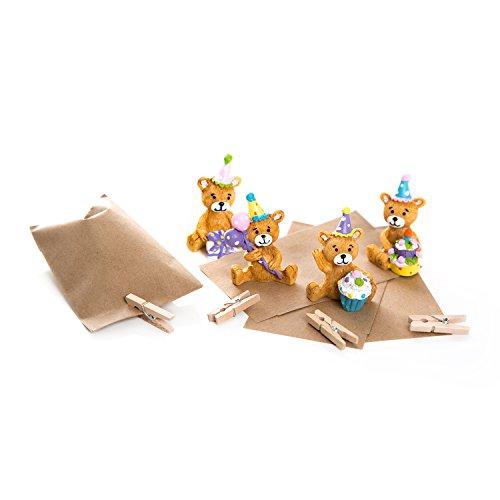 8 niedliche, kleine Mini Bärchen Bären-Miniaturen-Figuren mit braunen Papiertüten 6,3 x 9,3 cm und braunen Mini-Holzklammern zum Verschließen als kleines Geschenk oder Mitgebsel -