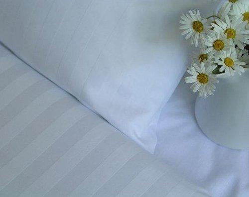 """Damast Hotel-Bettwäsche Set """"Balzana"""" weiß-e gestreift-e – Bettdecke und Kopfkissen-Bezug aus Satin-Baumwolle mit Reißverschluss – Der elegante Bett-Bezug mit leichtem Glanz für das ganze Jahr"""