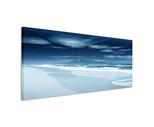 Sinus Art 150x50cm Wandbild - Farbe Blau Petrol Panoramabild Wandbild auf echter Leinwand in sehr hoher Qualität - Strand mit Meer und Bergen