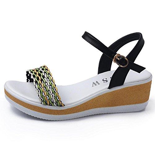 Pilger mit Sandalen in der Mitte des Strickens national Winde am Ende der rutschfeste Sommer Schuhe Schwarz